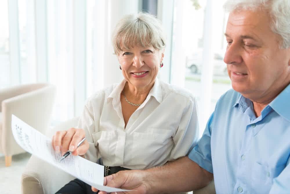 Seniorzy sprawdzają polisę na życie