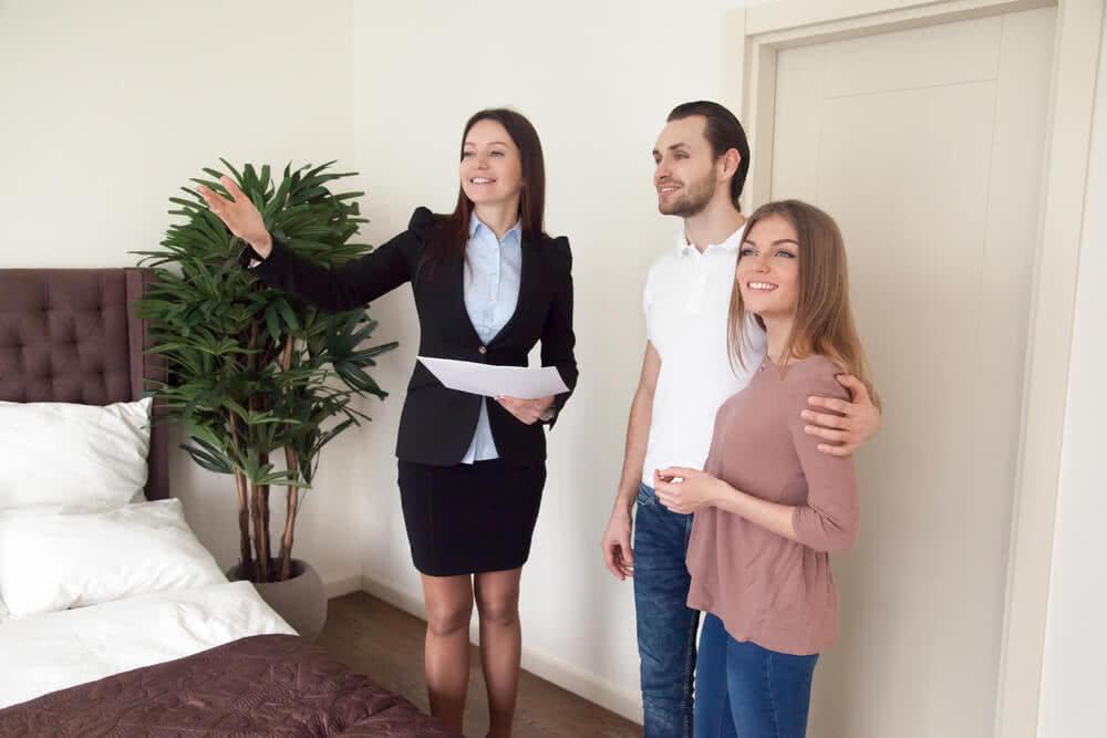 Agent informuje właścicieli, od czego zależy koszt ubezpieczenia mieszkania