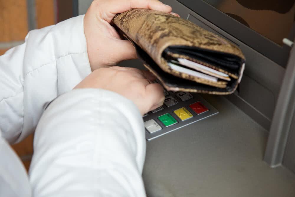 Wypłata środków z bankomatu
