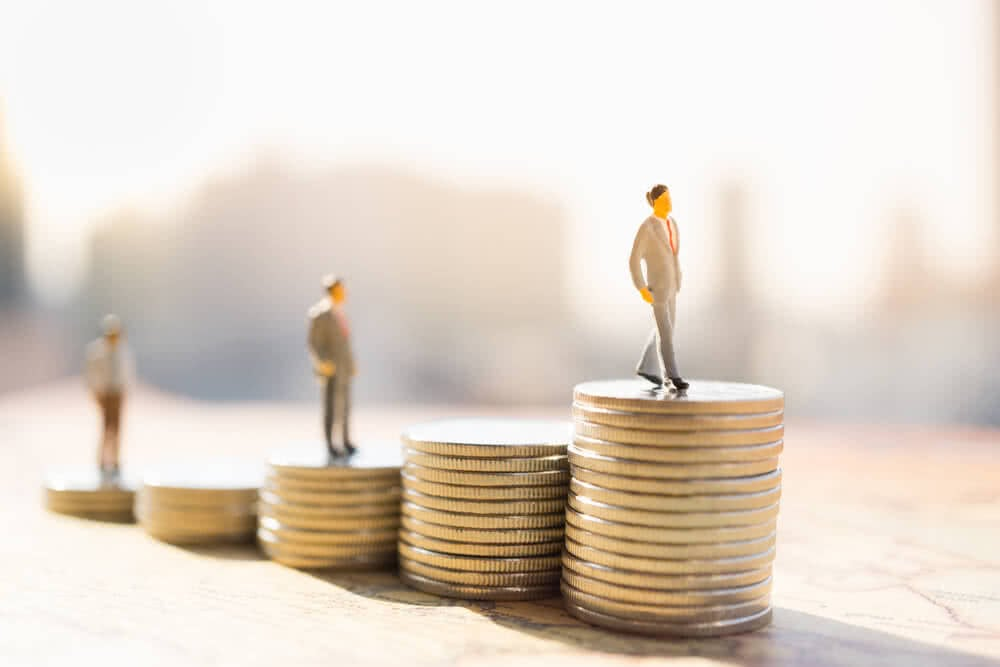 Mężczyzna stojący na pieniądzach jako symbol inflacji