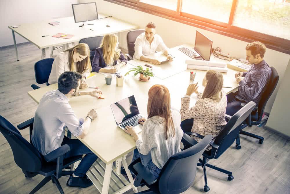 Pracownicy firmy dyskutują nad ubezpieczeniem OC