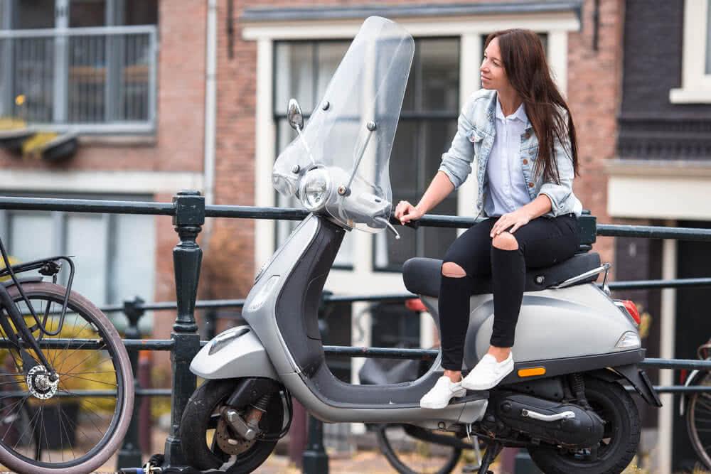 Kobieta siedzi na motorowerze