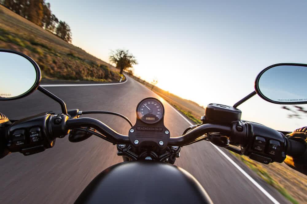 Motocyklista w trasie z ubezpieczeniem