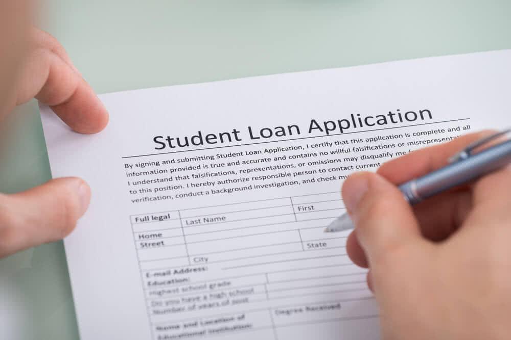 Student wypełnia wniosek o kredyt studencki