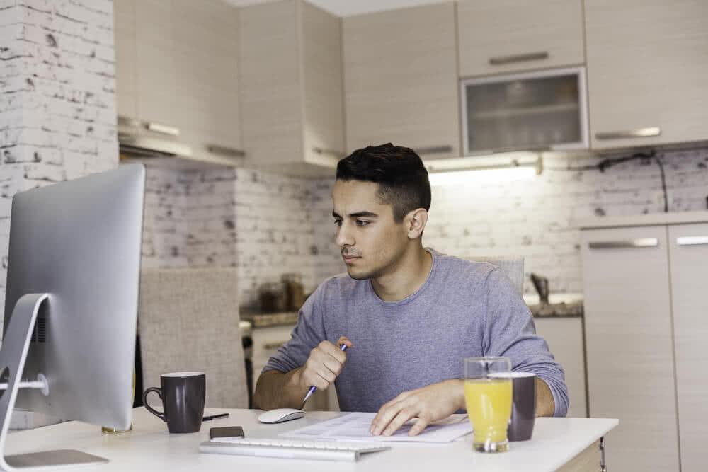 Mężczyzna sprawdza stan konta po zajęciu komorniczym