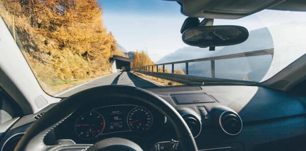 Porówneo: Inteligentne samochody na drogach – kto ponosi odpowiedzialność za wypadek?