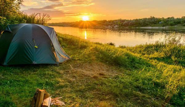 Porówneo: Wakacje pod namiotem – co zabrać, jak się przygotować, o czym pamiętać?