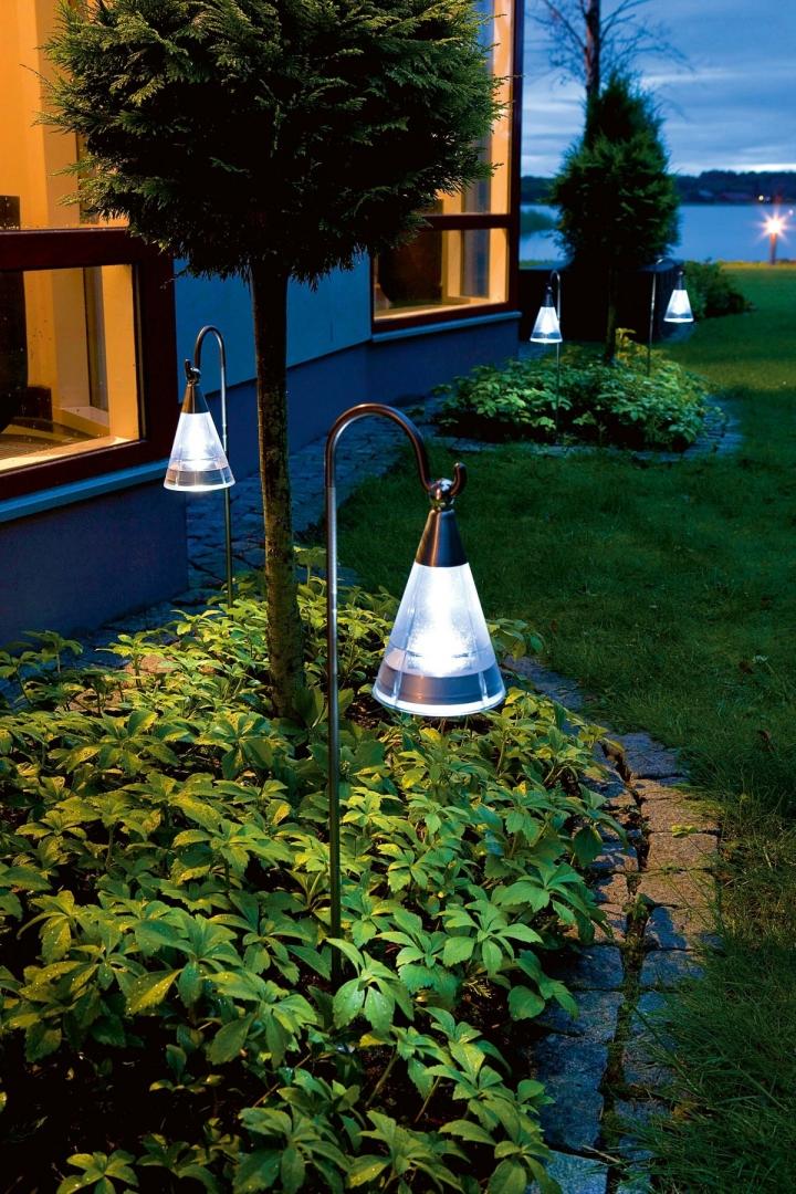 lampy solarne wzdluz chodnika