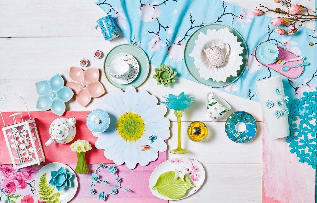 Naczynia I Dekoracje Na Stół Z Kwiatowym Motywem ładny Dom