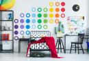Jednym ze sposobów radzenia sobie z plamami w pokoju najmłodszych jest pomalowanie go farbą o właściwościach plamoodpornych.