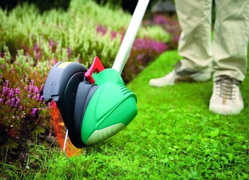 Podkaszarka nadaje się też do wyrównywania brzegów trawnika