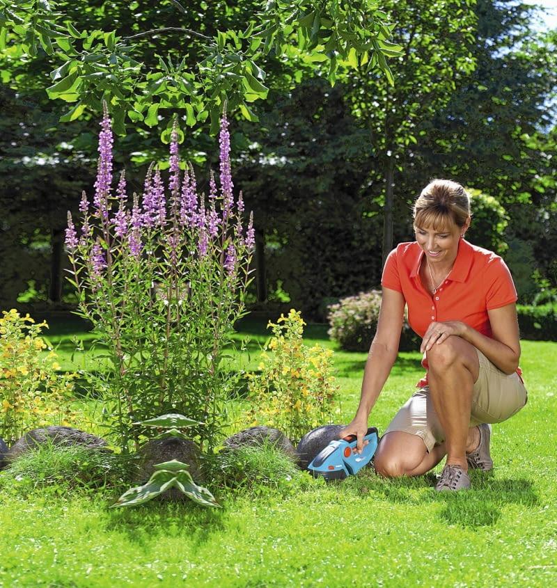 Wysokie kępki trawy, które pozostają na obrzeżach skoszonej murawy w miejscach niedostępnych dla kosiarki, psują wygląd trawnika i rabat. Warto poświęcić trochę czasu, by je wyciąć. Ułatwią nam to specjalne nożyce do trawy.