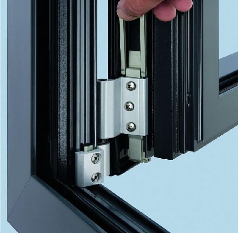 Gdy tylko jedno skrzydło okienne nie domyka się, najczęściej wystarczy wyregulować okucie