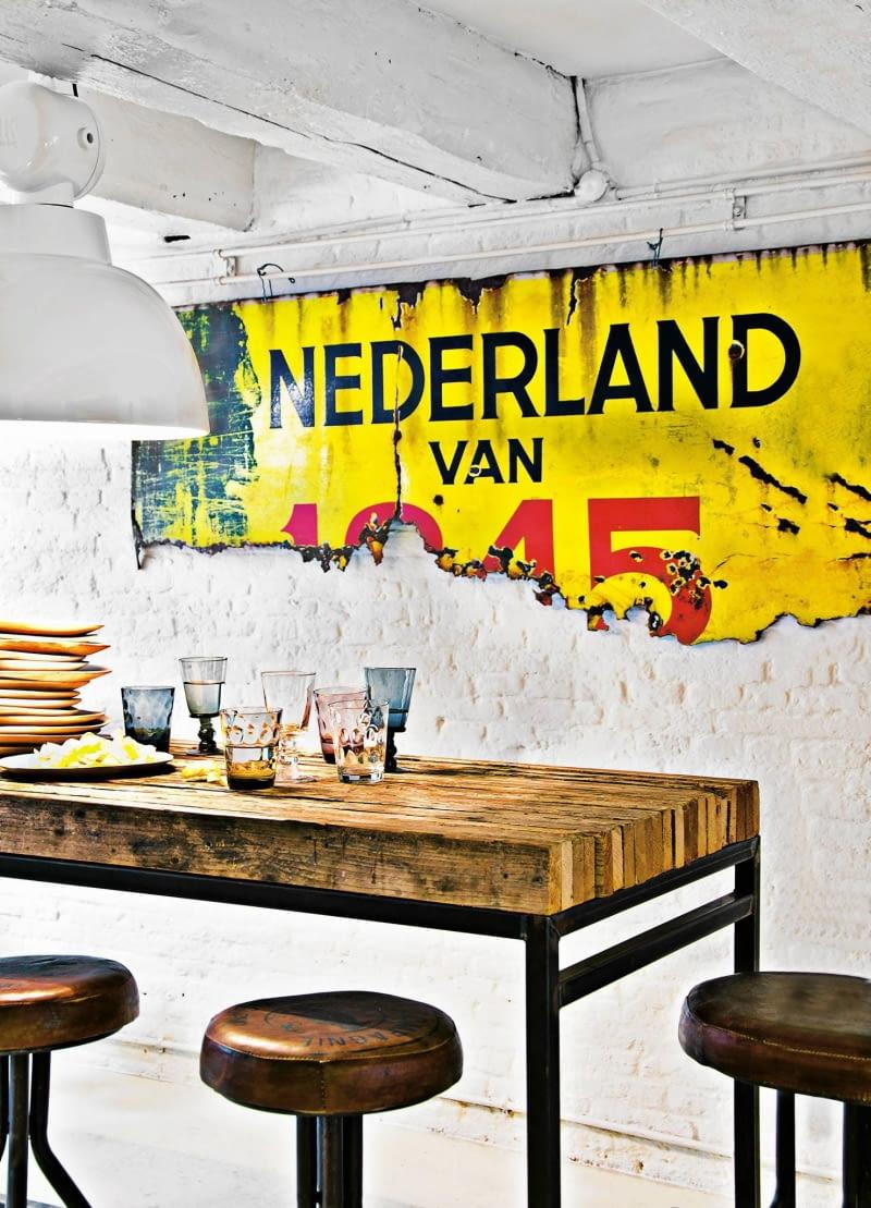 styl loftowy, wnętrza loftowe, ceglana ściana, stół na metalowej konstrukcji, Square Space