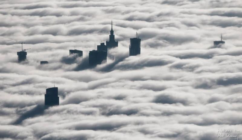 Warszawa we mgle. Niezwykłe zdjęcia z lotu ptaka