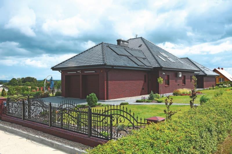dom, elewacja z cegły, garaż, brama wjazdowa