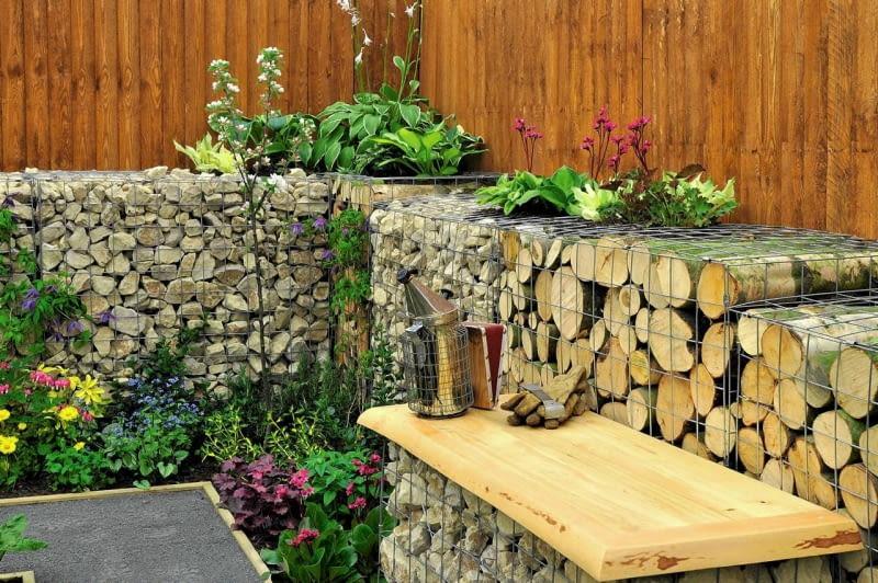 Drewno w ogrodzie. Pociętymi pniakami można wypełnić gabiony - modne ostatnio konstrukcje ze stalowej siatki