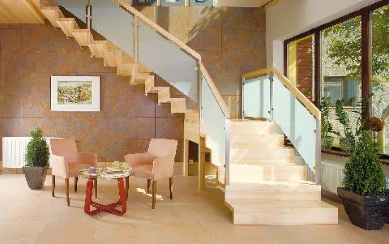 Dwubiegowe schody dywanowe wymagają dobrego zakotwienia stopni w ścianach i podparcia spocznika słupkami