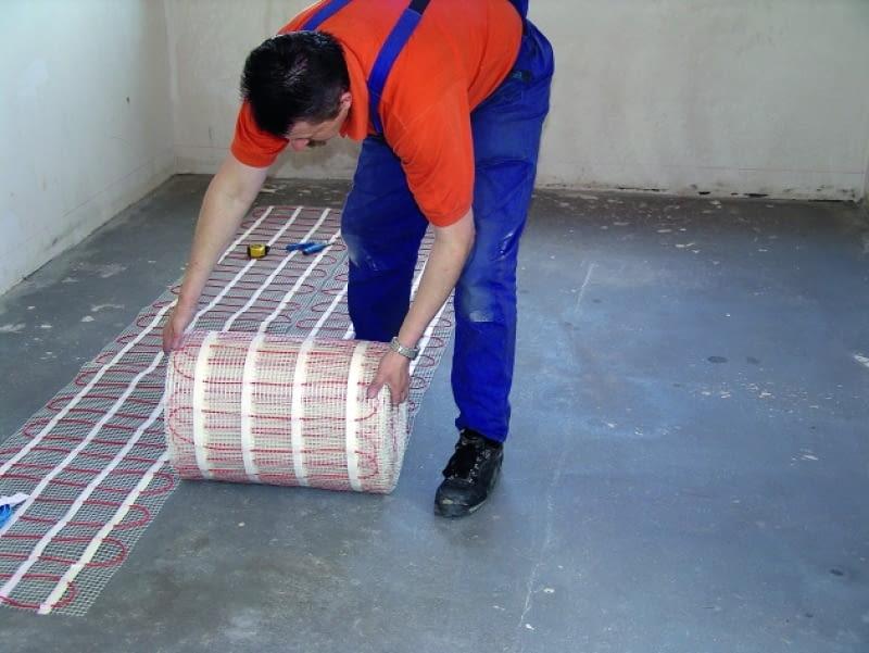 Montaż na mokro zaczynamy od zainstalowania czujnika temperatury w podłodze, a następnie dopasowania wstępnego maty do ogrzewanej powierzchni w pomieszczeniu