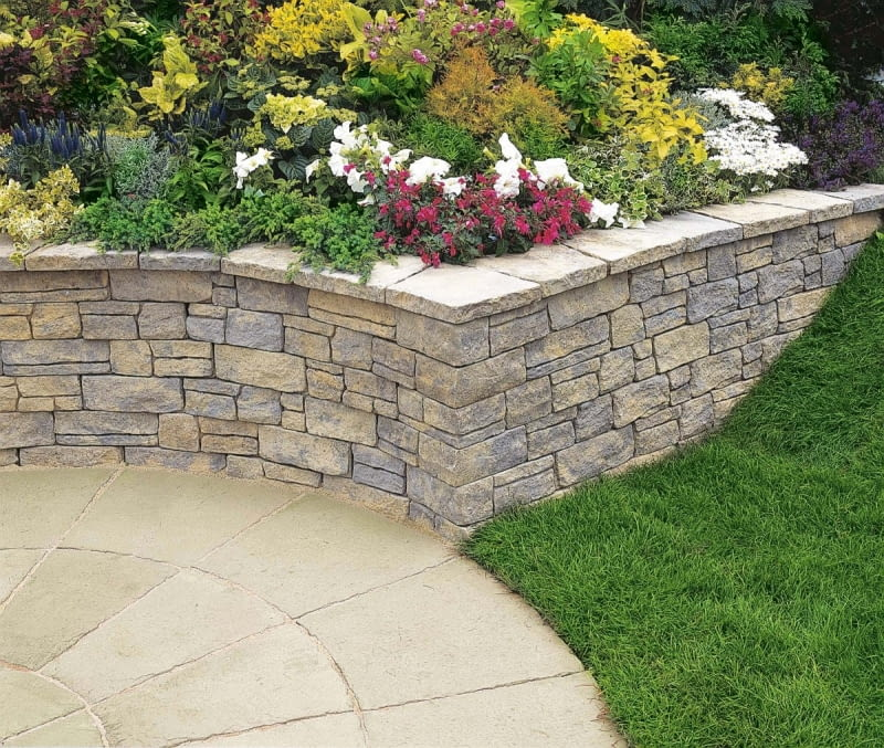 Do budowy murków mogą posłużyć elementy o zróżnicowanych wymiarach. Uzyskujemy wówczas efekt tzw. dzikiego muru