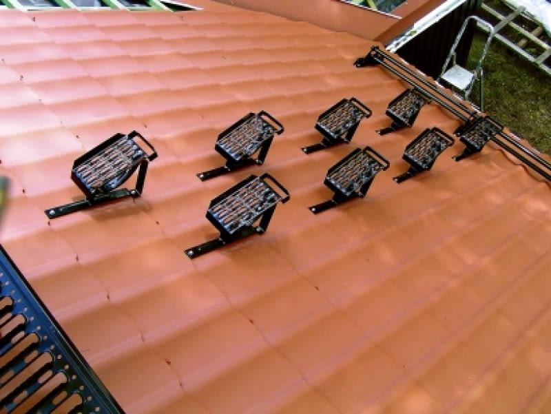 Stopnie kominiarskie umieszczone gęsto na dachu. Zapewniają bezpieczne dojście od okapu do widocznej w lewym rogu zdjęcia ławy kominiarskiej.