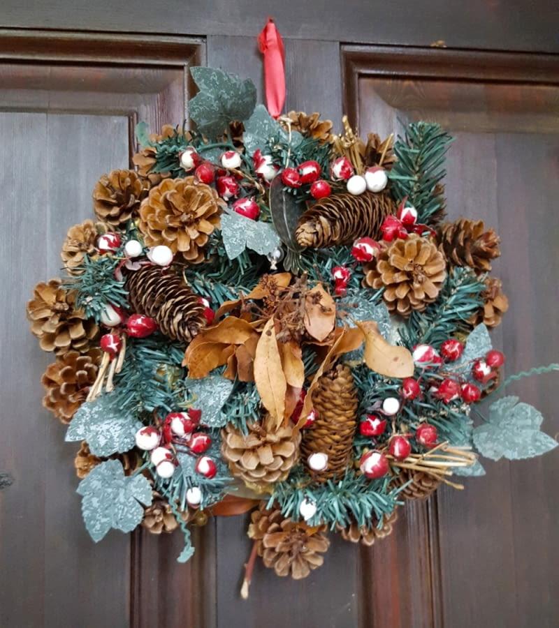 /Wreath decoration at door for Christmas holiday8BIM8BIMCCe