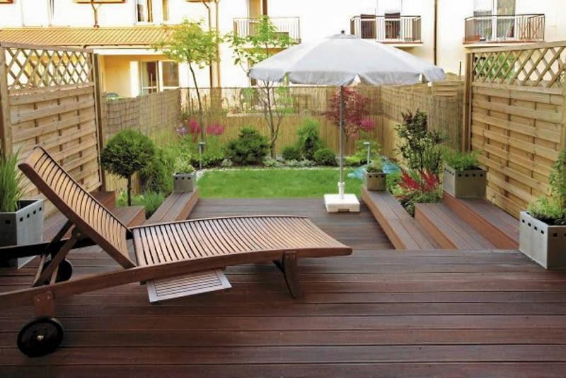 Aranżacje ogrodów. Mały ogród w stylu orientalnym. Rozłożony drewniany leżak zaprasza amatorów słodkiego lenistwa