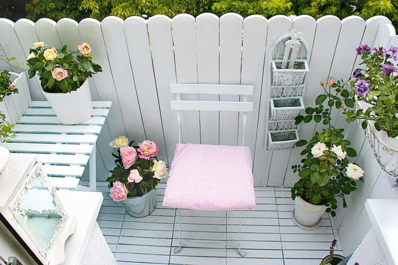 Mebli idetali jest tu niewiele: stolik, krzesełko (zIkei), kilka kwietników, donic iskrzynek na kwiaty, stylowy lampion...