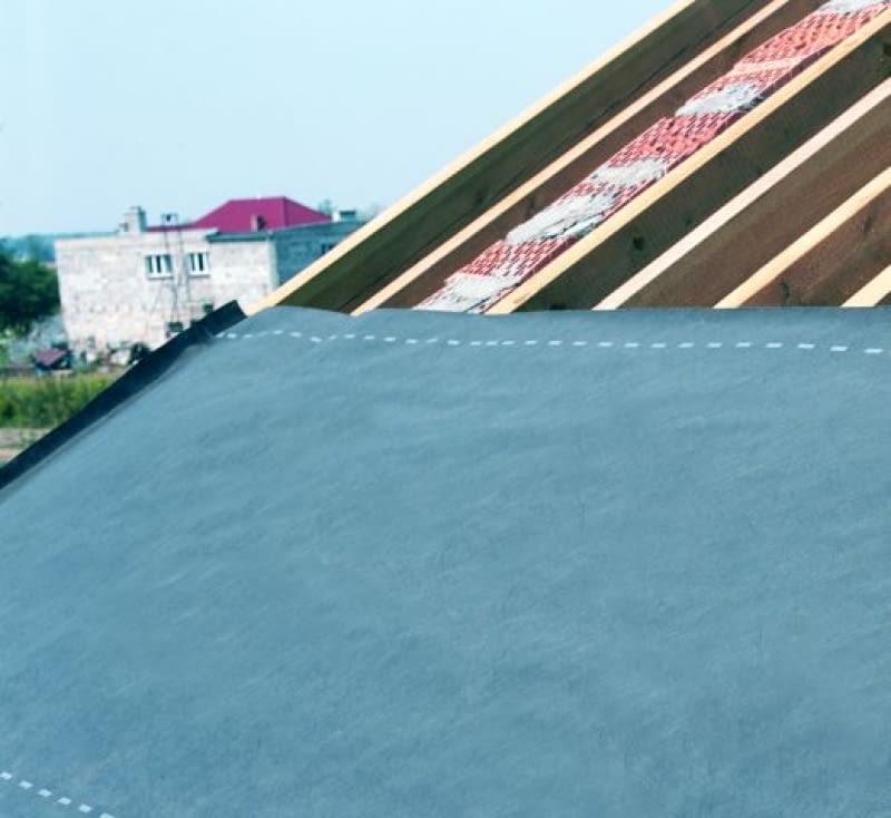Ułożona na krokwiach folia dachowa o wysokiej paroprzepuszczalności