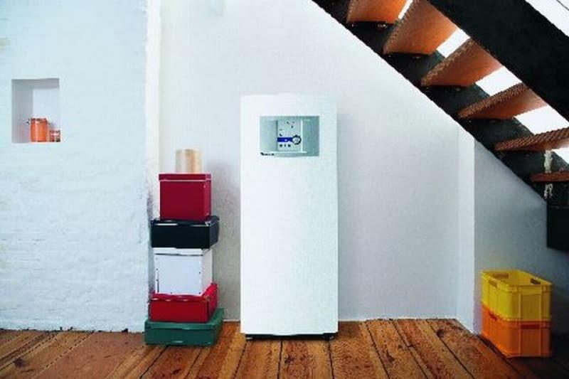 Pompa ciepła z widocznym panelem sterowniczym, który zapewnia regulację systemu grzewczego