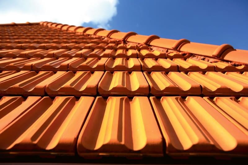 Marsylka Tradi 12/WIENERBERGER | Rodzaj: dachówka ceramiczna | wymiary: 45,2 x 27,0 cm | kolory: naturalna czerwień, czerwona angoba, miedziano-brązowa angoba, czarna angoba. Cena: od 40 zł/m2, www.wienerberger.pl