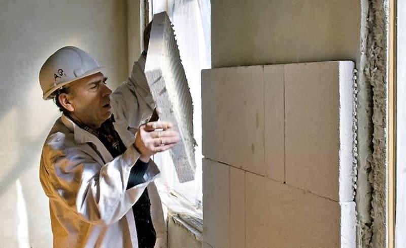 Bloczki z betonu komórkowego wystarczy przykleić do ścian od strony wnętrza