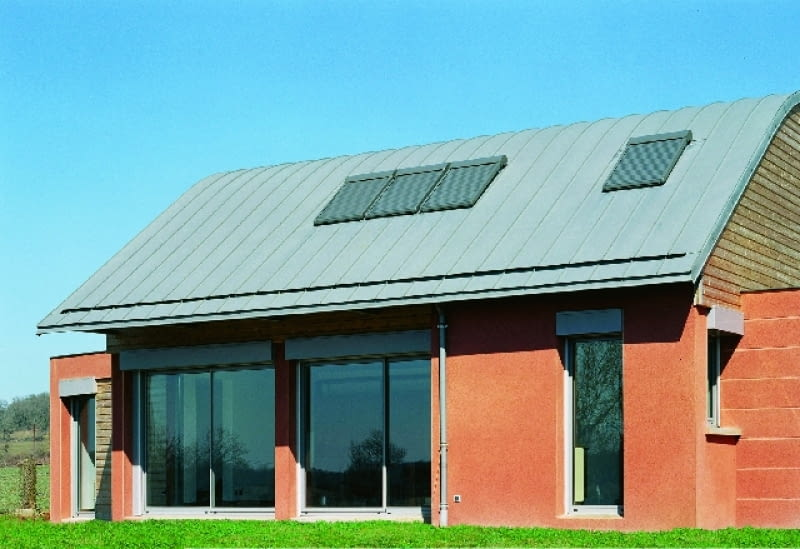Okna w domy powinny być ciepłe i dobrze osadzone; warto je też wyposażyć w rolety