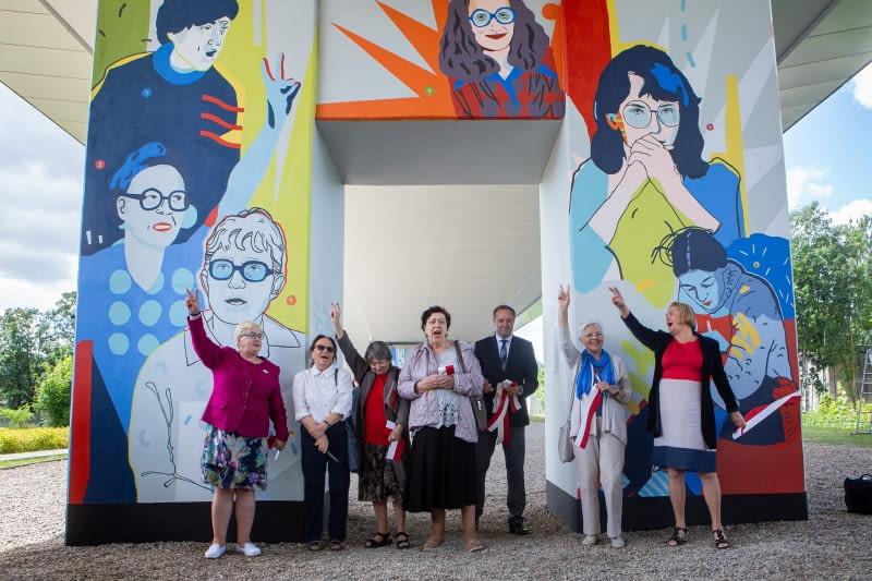 Osłonięcie muralu 'Kobiety Wolności' na przystanku PKM Gdańsk Strzyża.