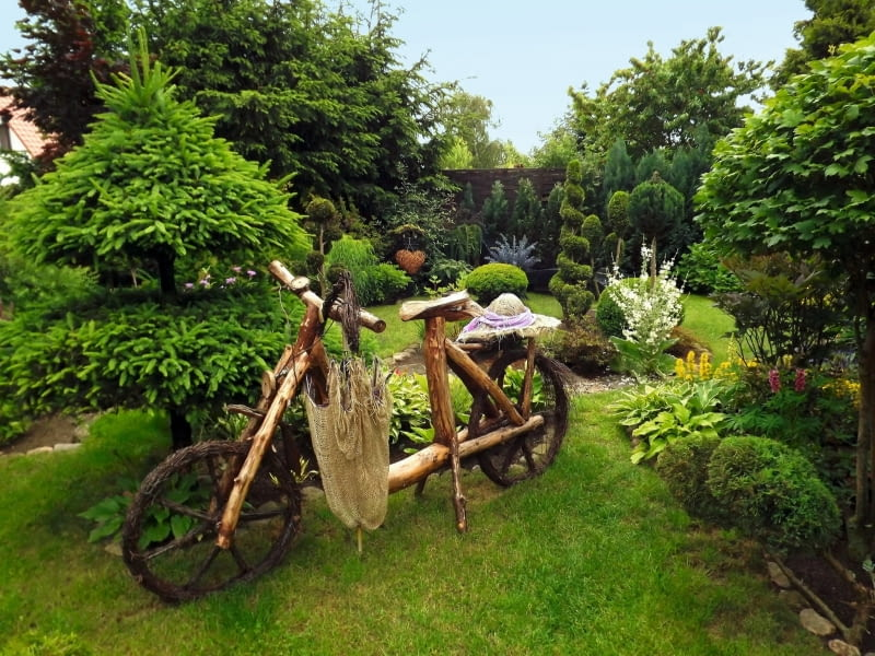 DREWNIANY ROWER to najbardziej oryginalny element dekoracyjny w moim ogrodzie.