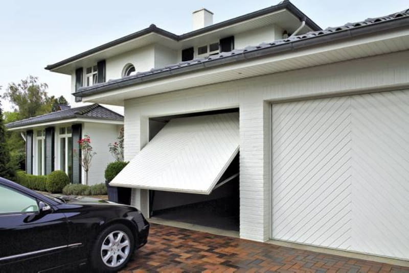 Uchylna brama garażowa