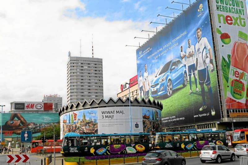 31.05.2012 WARSZAWA . REKLAMY NA RONDZIE DMOWSKIEGO . FOT. DARIUSZ BOROWICZ / AGENCJA GAZETA SLOWA KLUCZOWE: MARSZALKOWSKA EURO 2012 UEFA EURO2012 ALEJE JEROZOLIMSKIE RONDO DMOWSKIEGO REKLAMA