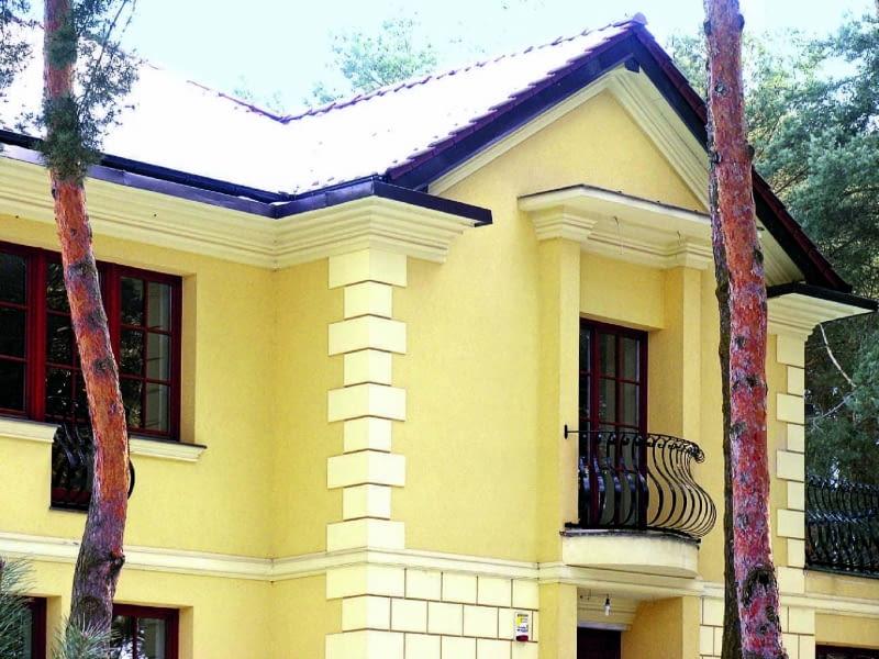 Na zwykłej elewacji często wprowadza się dodatkowe podziały architektoniczne lub stosuje się detale dekoracyjne