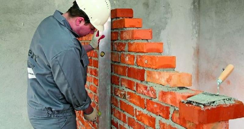 Ściany z cegieł pełnych zwykłych są ciężkie, ale mają dużą wytrzymałość i dobrze tłumią hałas
