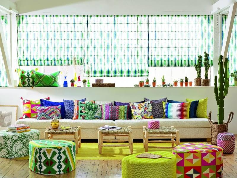 Każda jest inna, a wszystkie do siebie pasują. Barwne, wzorzyste pufy i poduszki budują klimat wnętrza. www.pierrefrey.com