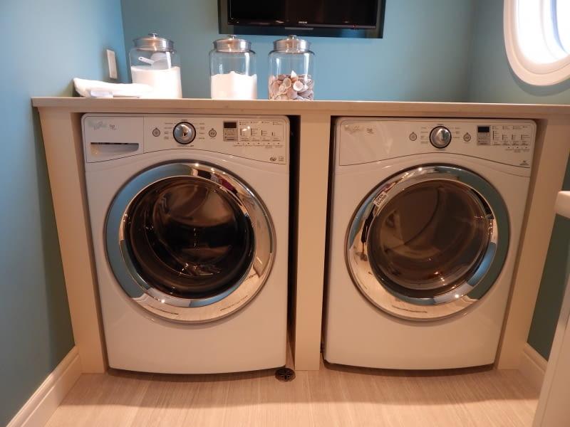1. Nie stawiaj ciężkich przedmiotów na pralce, ani na niej nie siadaj.