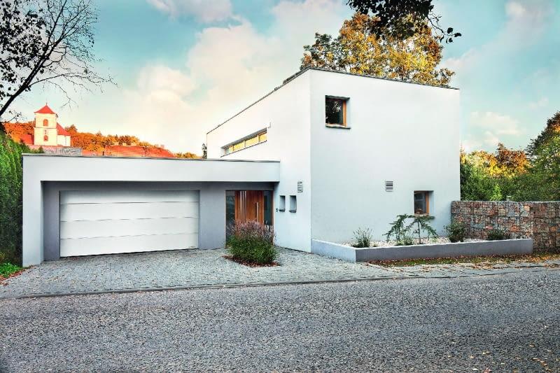 W każdym garażu sprawdzi się brama o mocnej konstrukcji, wypełnionej pianką poliuretanową o grubości 60 mm i ze specjalnymi systemami uszczelnień. To przekłada się na dobrą izolacyjność termiczną bramy
