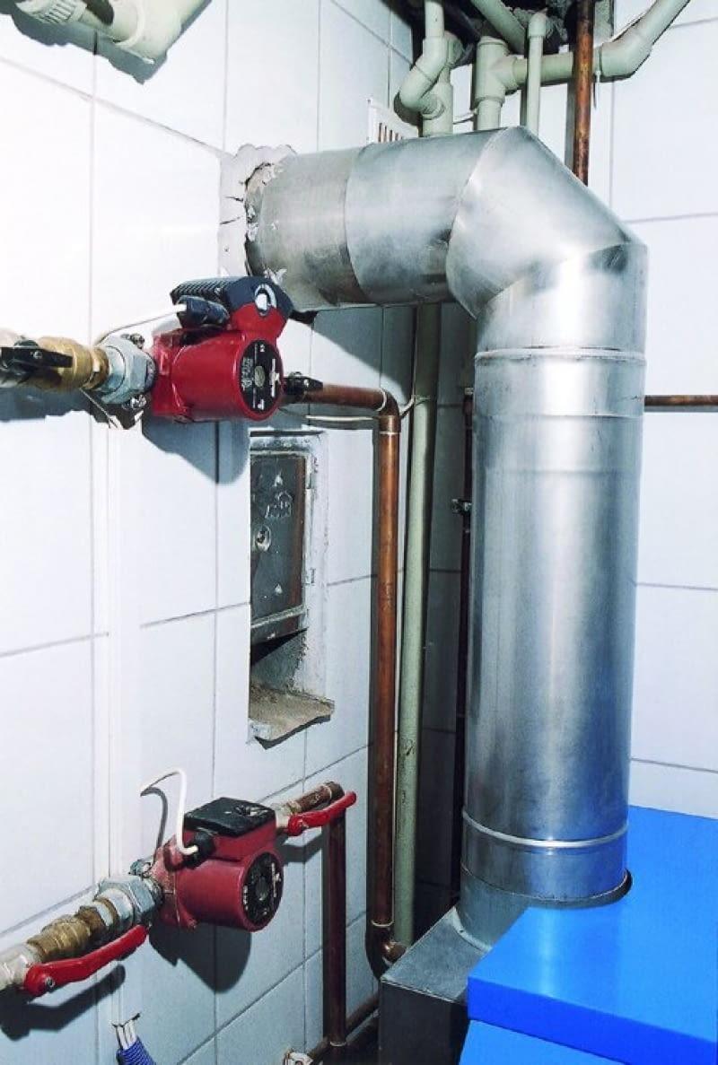 Podłączając kocioł kondensacyjny, trzeba pamiętać o tym, że poziomy odcinek musi być zamontowany z lekkim spadkiem w kierunku kotła.