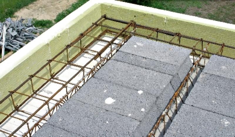 Wieniec stropowy wymaga właściwie zakotwionego zbrojenia w narożach i skrzyżowaniach wieńca stropowego z wieńcami wewnętrznymi. Tylko wtedy na całym swoim obwodzie będzie miał taką samą wytrzymałość (nie będzie miał słabszych miejsc).