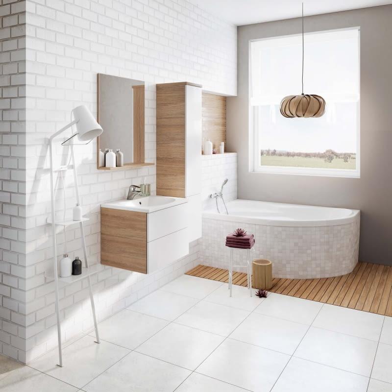 NA WYSOKI POŁYSK. Można zwiększyć ilość światła w łazience, stosując odbijające je materiały, np. błyszczące kafelki, lśniącą białą ceramikę czy gładką podłogę wyłożoną dużymi płytkami z jak najmniejszą liczbą łączeń.