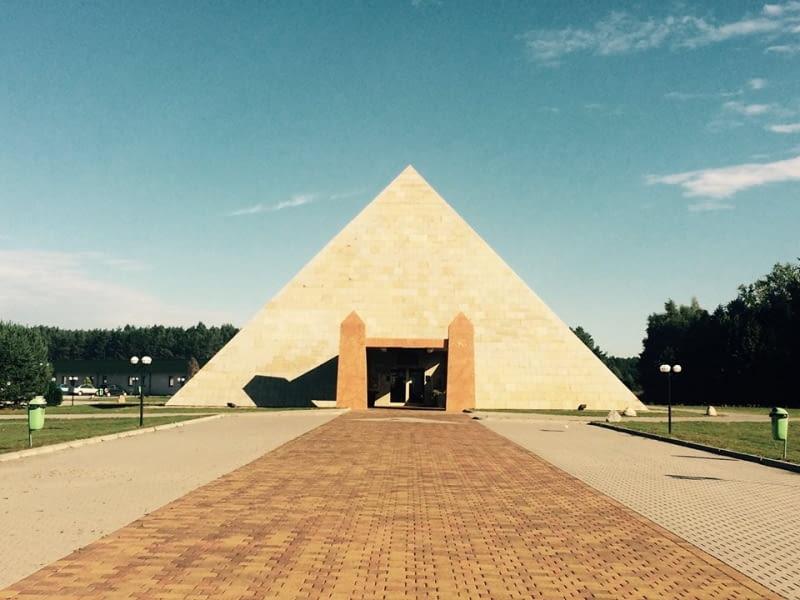 Do wyśmiewanej pastelozy i szyldozy w Polsce można dodać miłość do imitowania historycznych stylów architektonicznych. Społeczność fanpage'u Polisz ArKITekczer wytropiła rodzime piramidy, imitacje greckich świątyń i rzymskie łuki triumfalne. Od kiczu aż cisną się łzy do oczu. Nie wiadomo tylko, czy z płaczu czy ze śmiechu. Okazuje się, że nad Wisłą piramidy nie wyszły z mody! Piramida Horusa znajduje się we wsi o wdzięcznej nazwie Poźrzadło w okolicach Świebodzina (tak, to tu stoi też gigantyczny Chrystus). W środku urządzane są wesela, przyjęcia i spotkania biznesowe. Na co dzień w piramidzie działa restauracja.