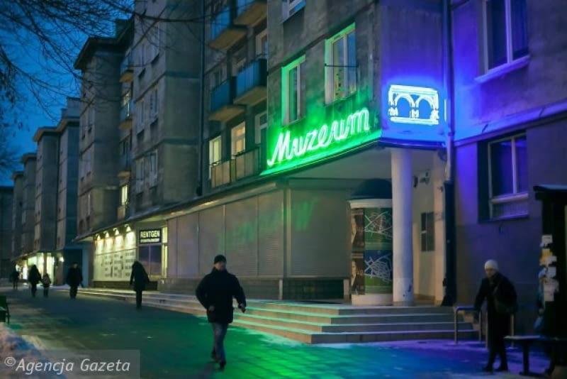 Neon przed wejściem do nowohuckiego oddziału Muzeum Historycznego Miasta Krakowa