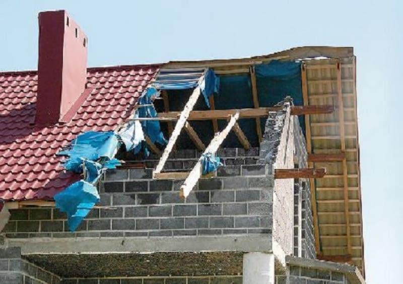 Zerwane podczas wichury pokrycie dachu można zabezpieczyć brezentem. Bywa on na wyposażeniu ochotniczych straży pożarnych.