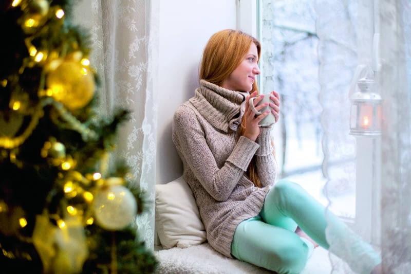 Przeziębienie można zwalczyć w zarodku. Jeśli tylko poczujemy lekkie dreszcze, wypijmy kubek ciepłej herbaty, np. z czarnego bzu lub lipy, by się rozgrzać. Warto też wzmocnić swoją odporność jeżówką lub czosnkiem.