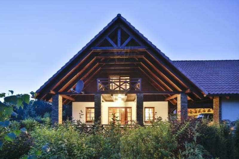 dom w nocy, elewacja ogrodowa, dach